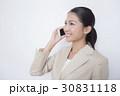 スーツを着て電話をする女性 白背景 30831118