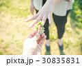指輪 シロツメクサ 女性の写真 30835831