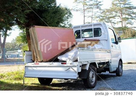 畳を運ぶ軽トラック 30837740