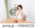 ライフスタイル 女性 ダイニングテーブルの写真 30846328
