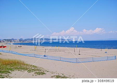 ビーチバレーコートがある三浦海岸の風景 30849619