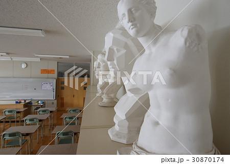 学校の校舎内の美術室と石膏像を撮影 30870174