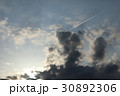 夕暮れ空の飛行機雲 30892306