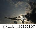 夕暮れ空の飛行機雲 30892307