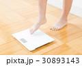 体重計と女性の足    30893143