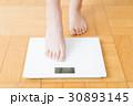 体重計と女性の足    30893145