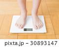 体重計と女性の足    30893147