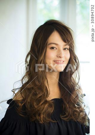 黒い服の若い女性 30894702