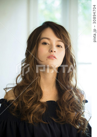黒い服の若い女性 30894704