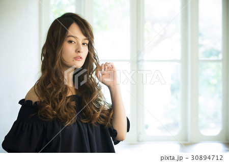 黒い服の若い女性 30894712