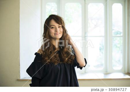 黒い服の若い女性 30894727