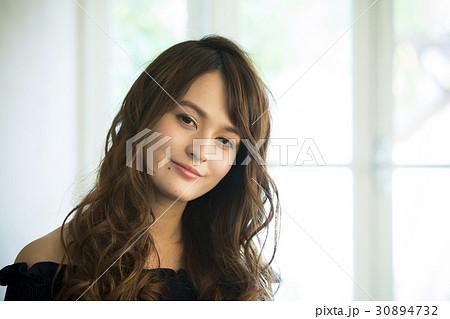 黒い服の若い女性 30894732