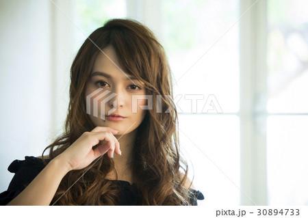 黒い服の若い女性 30894733