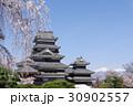 信州 松本の春 桜に囲まれる国宝松本城 現存12天守のひとつ 松本観光の中心 30902557