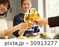 人物 女性 ビールの写真 30913277