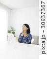 鏡を見ながら扁桃腺を確認する女性 30937367