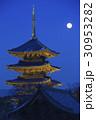 1月京都 東寺五重塔と月 30953282