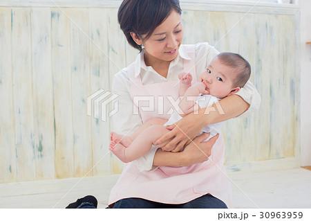 抱っこされた赤ちゃん 30963959