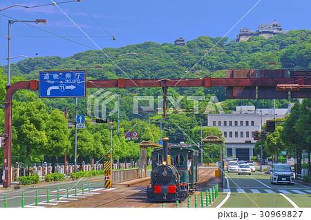 坊っちゃん列車と松山城 30969827