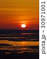流氷のオホーツク海に昇るいびつな太陽 ガリンコ号より 30971001