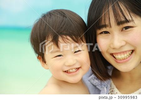 笑顔の親子 30995983