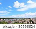夏の青空 綺麗な住宅街 30996624