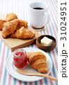 朝食 パン クロワッサンの写真 31024951