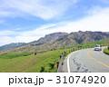 阿蘇パノラマライン 坊中線 牧場沿いを走るドライブイメージ  31074920