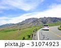 阿蘇パノラマライン 坊中線 牧場沿いを走るドライブイメージ  31074923
