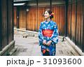 京都を観光する浴衣姿の女性 31093600