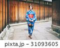 京都を観光する浴衣姿の女性 31093605