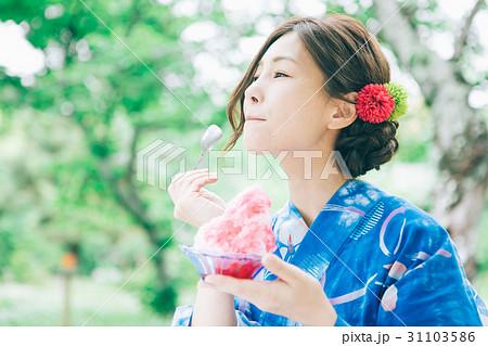 かき氷を食べる浴衣の女性 31103586