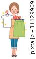 きれいな服を持って喜ぶ女性 31129909