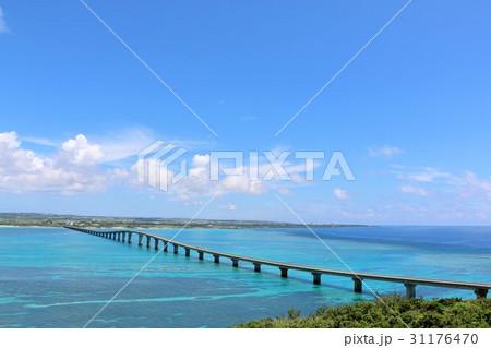 沖縄 来間島からの来間大橋と海の風景 31176470
