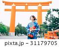 京都を観光する浴衣姿の女性  31179705