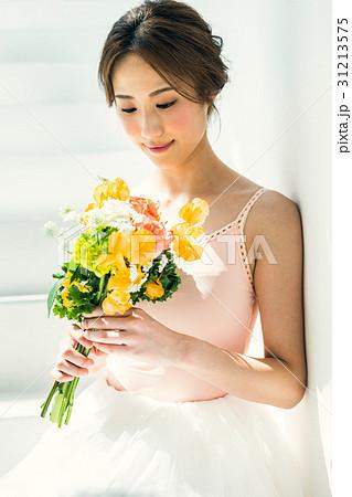 花束を持つバレリーナ 31213575