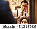 理容師とスタイリングを相談する男性客 31213986