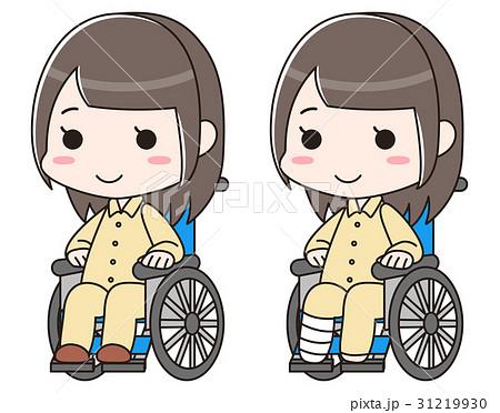 足の骨折・捻挫・怪我で包帯を巻き入院で車椅子に乗る女性。退院が近く笑顔 31219930