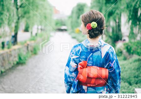 柳の木と浴衣の女性 31222945