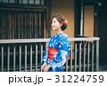 祇園の街を観光する浴衣の女性 31224759