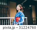 祇園の街を観光する浴衣の女性 31224760