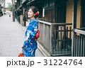 祇園の街を観光する浴衣の女性 31224764
