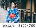 祇園の街を観光する浴衣の女性 31224765