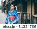 祇園の街を観光する浴衣の女性 31224766