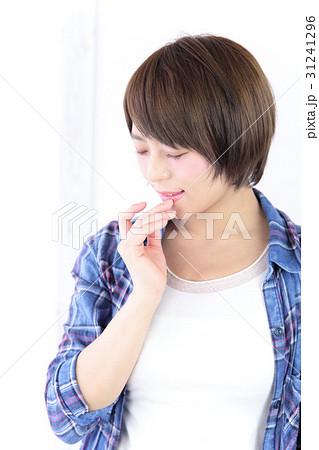 若い女性 ヘアスタイル 31241296