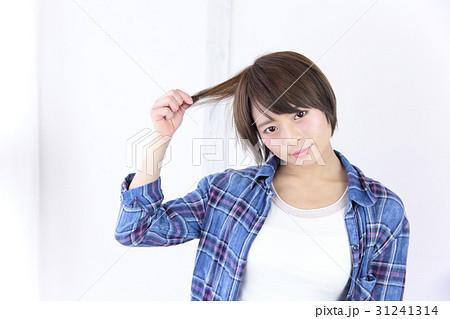 若い女性 ヘアスタイル 31241314