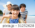 夏休みに海で遊ぶ家族 31252628