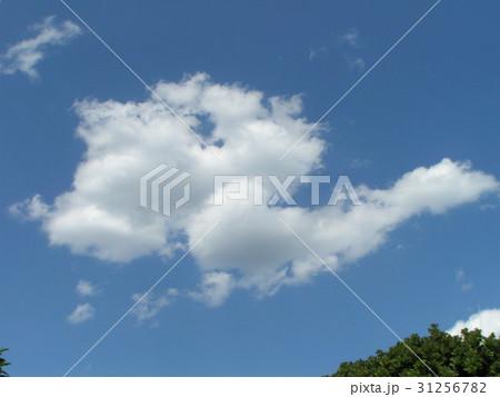 夏の白い雲と青い空 31256782