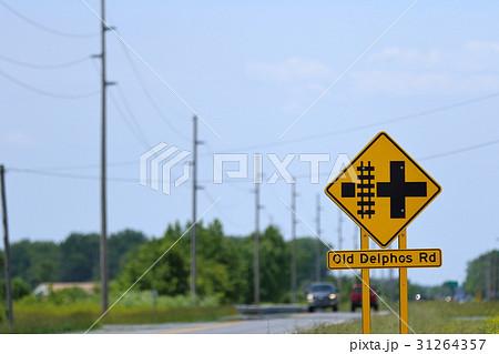 珍しいアメリカの道路標識 鉄道と並走、左折注意 31264357