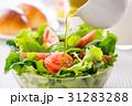野菜サラダにドレッシングをかける 31283288
